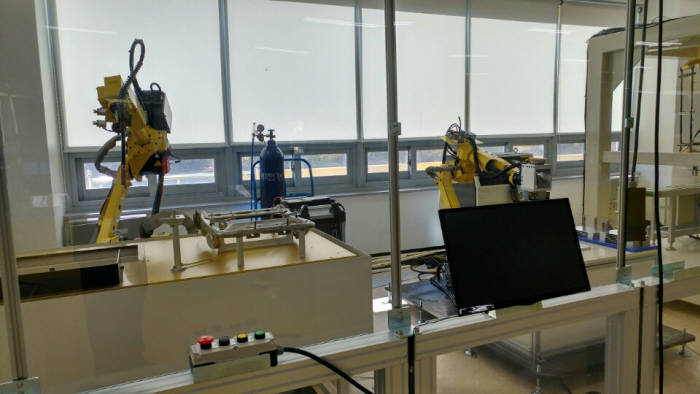 화낙의 산업용 로봇과 운영 시스템.