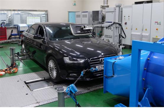 배출가스 시험을 받고 있는 아우디폭스바겐 차량. (자료:환경부)