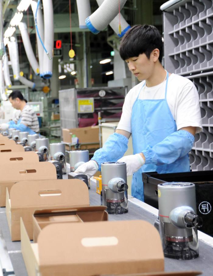 LG전자 직원이 무선청소기 코드제로 A9의 밀려드는 주문량을 소화하기 위해 주말인 10일 경남 창원시에 있는 청소기 생산라인에서 제품을 생산하고 있다.