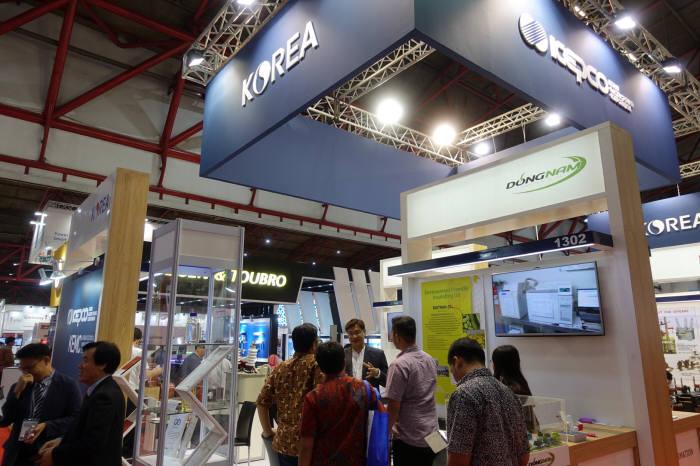 2017 인도네시아 전기전력 및 신재생에너지산업전(EPRE 2017) 한전 공동부스에 현지 바이어들이 방문했다.