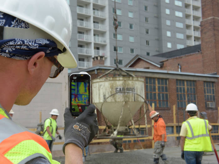 영국 블리트 그룹(Bullitt Group)이 제조한 CAT S60 러기드폰은 열화상 카메라 기능을 탑재했다.