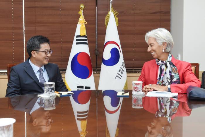 김동연 경제부총리 겸 기획재정부 장관(왼쪽)이 크리스틴 라가르드 국제통화기금(IMF) 총재와 양자면담을 했다.