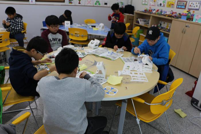 학생들이 로봇 키트를 이용해 창작물을 만들고 있다.