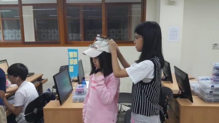 지난 9일 용인시 현암중학교에서 한 학생이 사물인터넷(IoT)을 활용해 '충돌방지용 센서모자'를 개발해 선보이고 있다. 용인시디지털산업진흥원 제공