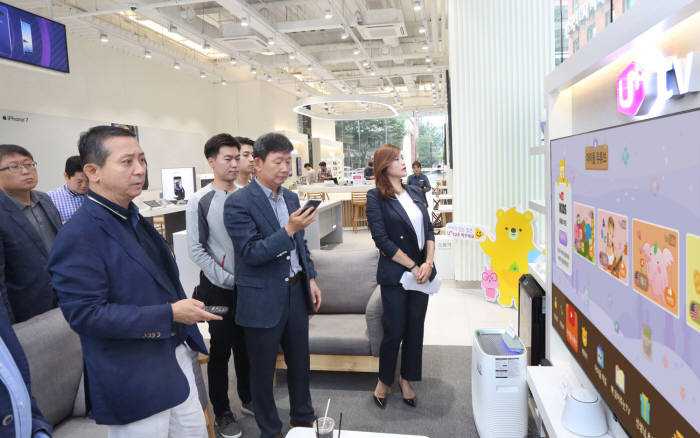 권영수 LG유플러스 부회장이 경기도 분당 서현동에 위치한 '고객감동' 플래그십 매장을 방문해 직원들과 함께 매장을 둘러 보고 있는 모습.