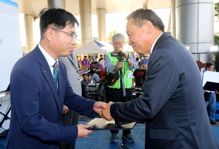 제 18회 사회복지의 날 기념식에서 변창환 한국후지필름 경영지원팀 팀장(왼쪽)이 우수후원업체 표창을 수상하고 있다.