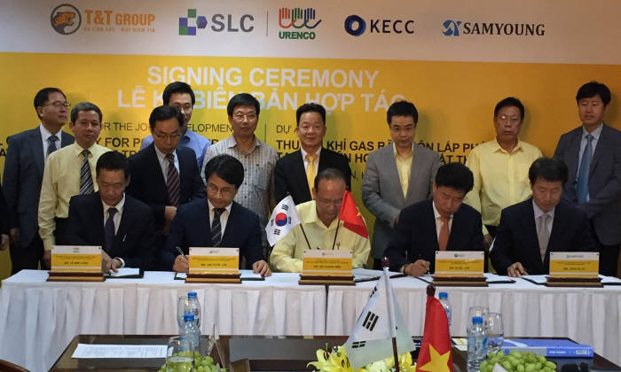 이재현 수도권매립지공사 사장(맨 앞줄 왼쪽 두번째부터)과 도 꽝 히엔 T&T 그룹 회장 등 관계자들이 협약서에 서명했다. [자료:수도권매립지관리공사]