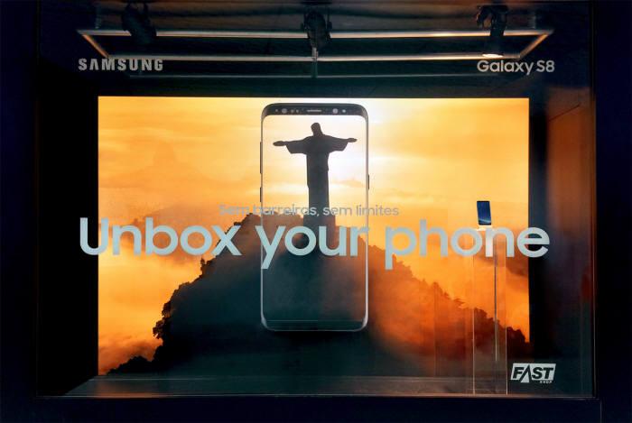 포파이 어워드 브라질에서 금상을 수상한 삼성전자 갤럭시S8 쇼 윈도우.