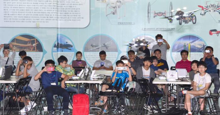 학생과 학부모들이 드론 군집 비행 모습을 촬영하고 있다. 김동욱기자 gphoto@etnews.com