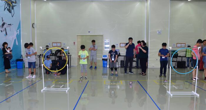학생들이 직접 만든 드론을 실내 연습장에서 조종해보고 있다. 김동욱기자 gphoto@etnews.com