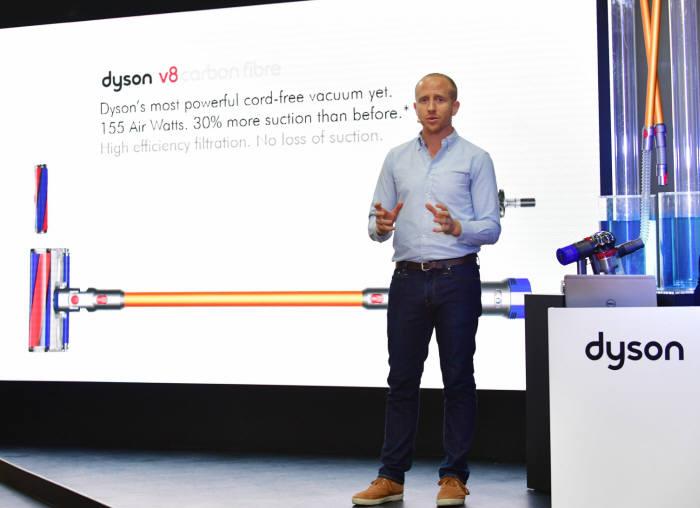 다이슨이 12일 서울 종로구 아라아트센터에서 '다이슨 V8 카본 파이퍼' 출시 기념 간담회를 개최했다. 케빈 그란트 다이슨 청소기사업부문 수석 엔지니어가 제품을 소개하고 있다.