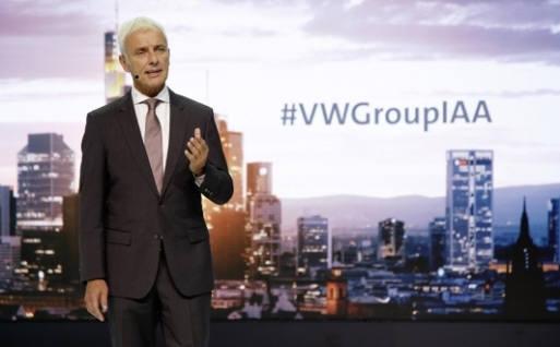마티아스 뮐러 폭스바겐그룹 회장이 11일(현지시간) 오후 독일 프랑크푸르트 메세에서 열린 '폭스바겐그룹 나이트'에서 친환경차 로드맵을 발표하고 있다.
