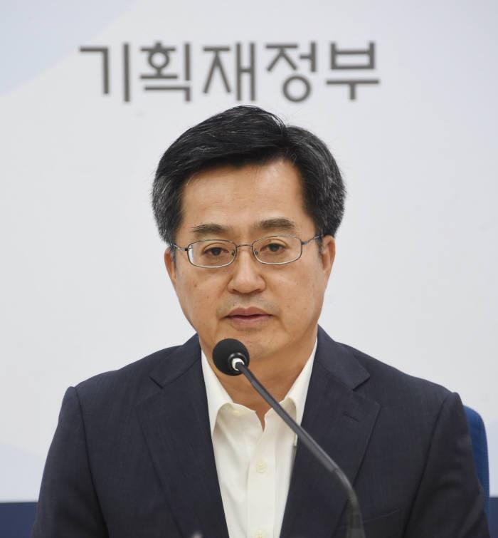 김동연 경제부총리 겸 기획재정부 장관이 정부세종청사에서 열린 기자간담회에서 발언하고 있다.