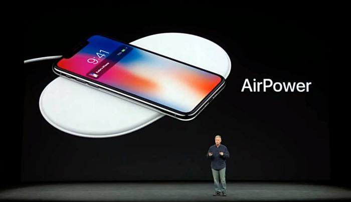 필 쉴러 애플 수석 부사장이 아이폰X 무선충전 기능을 소개하고 있다. / 이미지=유튜브