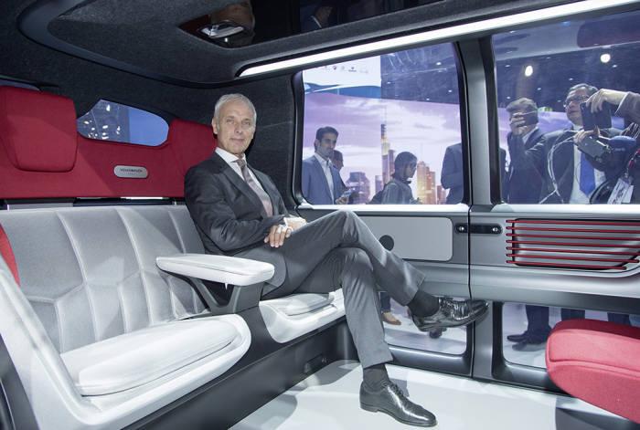 마티아스 뮬러 폭스바겐그룹 회장이 자율주행 콘셉트카 '세드릭'에 탑승했다.