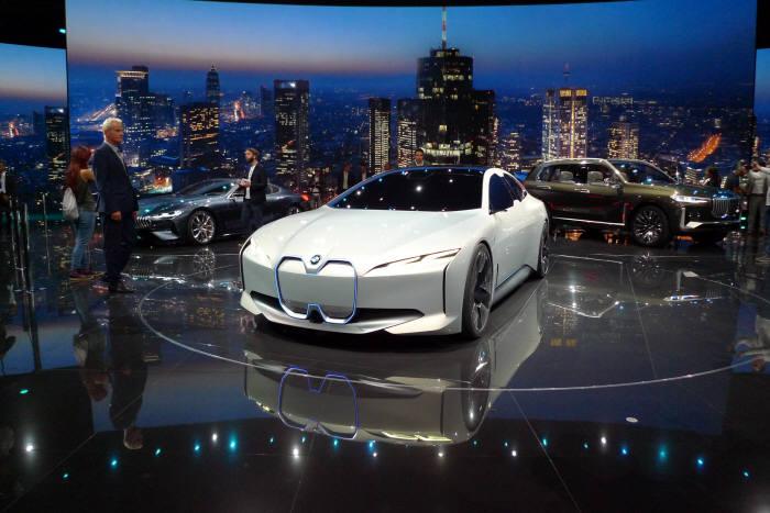 BMW 전기차 제품군 i시리즈의 차세대 콘셉트카 'i 비전 다이내믹스'.