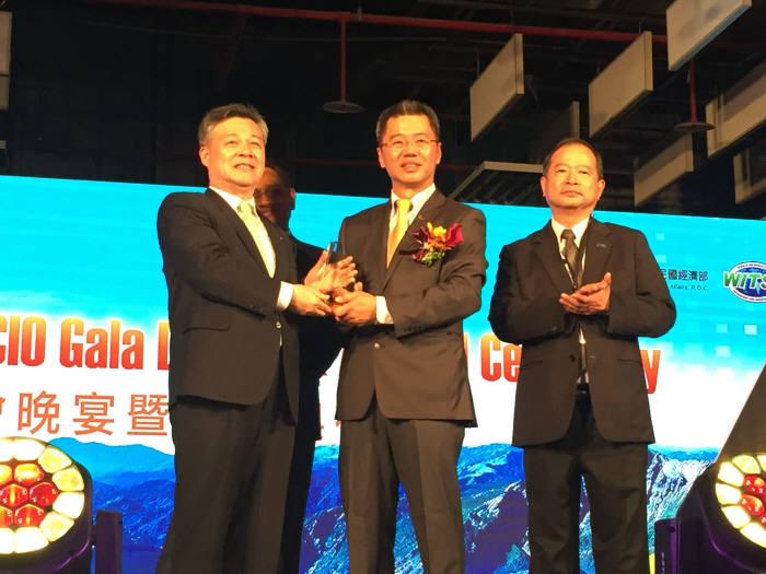 최창학 DIP 원장(맨 왼쪽)이 'ASOCIO 어워드?ICT산업진흥전문 기관상을 수상하고 있다.