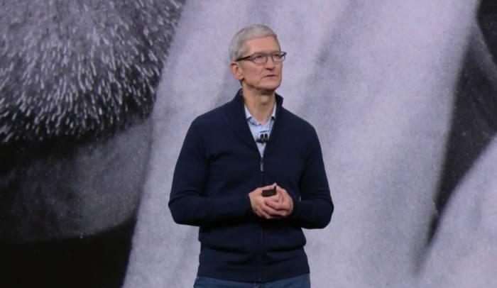 팀 쿡 애플 CEO가 12일(현지시간) 미국 캘리포니아 스티브 잡스 극장에서 '아이폰X'를 소개하고 있다.