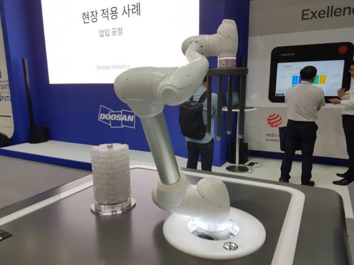 두산로보틱스가 로보월드에서 선보인 M1013 협동로봇. 두산로보틱스는 이날 처음 협동로봇 제품을 공개했다.
