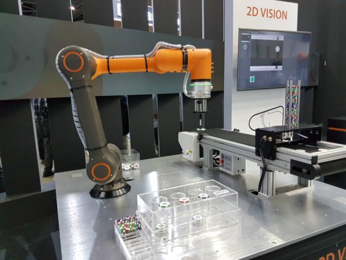한화테크윈 협동로봇 HCR-5에 2차원 비전을 적용한 모습. 한화테크윈은 2차원 비전 모듈을 연내 출시한다.