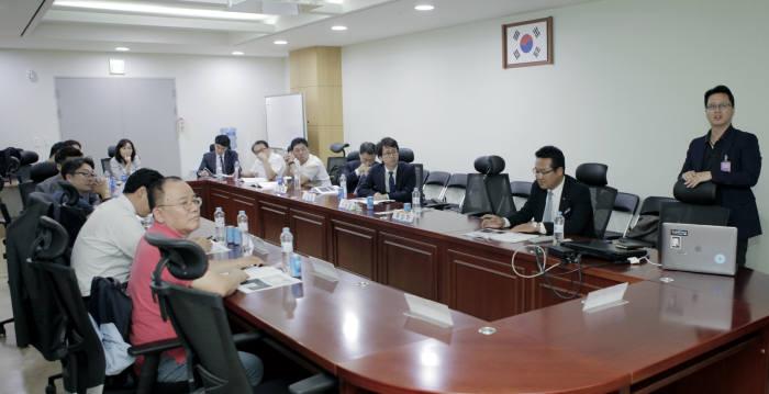 지윤성 의장(파운더)가 한국ICT산업협회(회장 위성진)가 주관한 4차산업혁명 관련 세미나에서 링크브릭스 강의를 진행하고 있다. 사진:한국ICT산업협회 제공