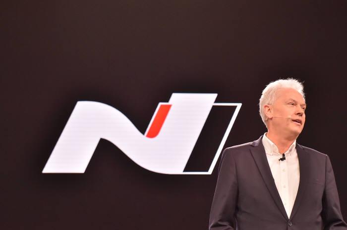 '2017 프랑크푸르트 모터쇼'에서 현대자동차 알버트 비어만(Albert Biermann) 부사장이 고성능 N브랜드와 i30 N 차량을 소개하고 있다.