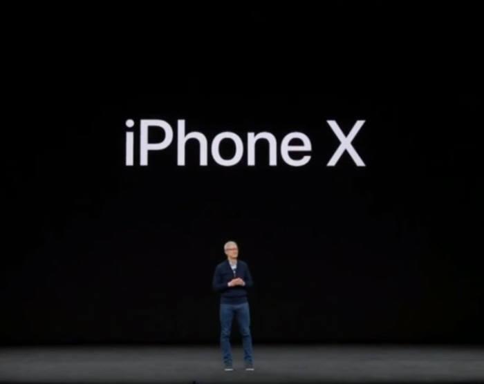 팀 쿡 애플 최고경영자(CEO)가 12일(현지시간) 미국에서 열린 이벤트에서 '아이폰X'를 소개하고 있다.