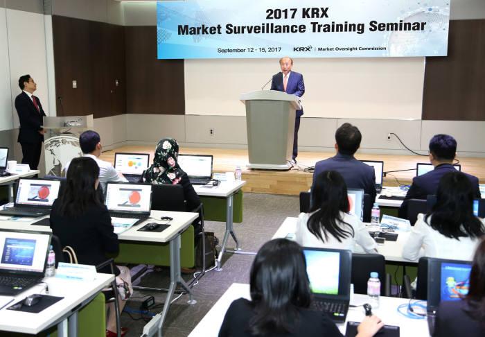 개회식에서 이해선 한국거래소 시장감시위원장이 인사말을 하고있다.