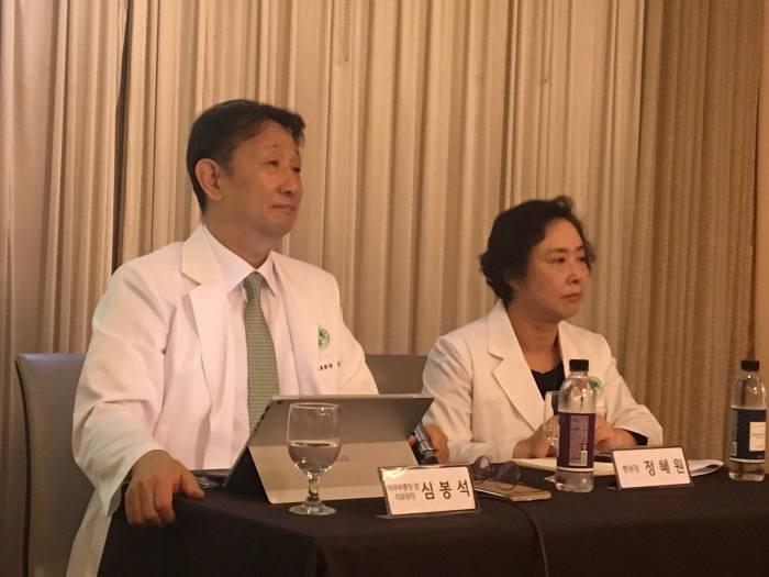 이화의료인이 13일 기자간담회를 연 가운데 심봉석(사진 왼쪽) 신임 이화의료원장과 정혜원 이대목동병원장이 이대서울병원 운영 방안에 대해 설명하고 있다.