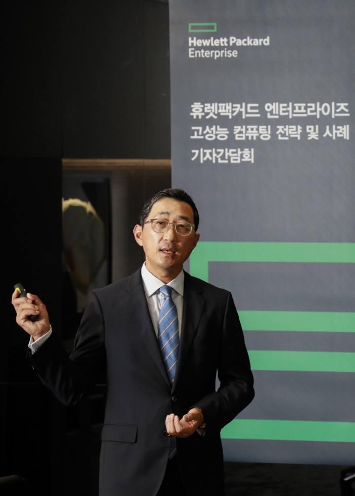 3일 서울 영등포구 케이타워에서 열린 한국HPE 기자간담회에서 함기호 대표가 향후 고성능컴퓨팅(HPC) 전략에 대해 설명하고 있다.