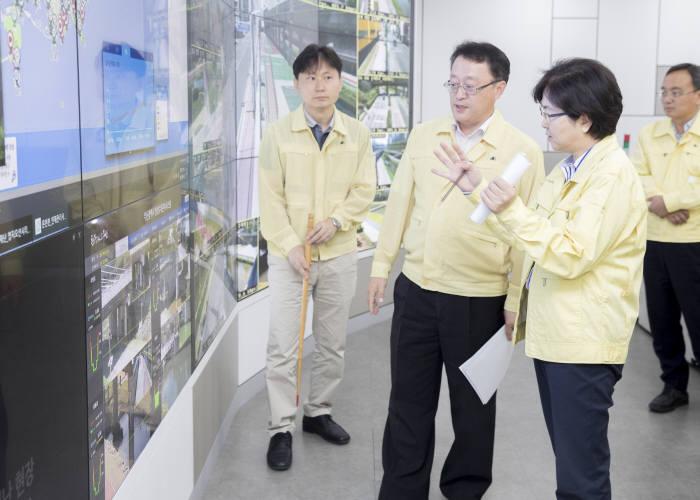 김은경 환경부 장관(왼쪽 두 번째)이 13일 부산시 재난대책본부 상황실에서 지난 부산지역 집중호우 피해와 대처상황 등을 보고를 받았다.