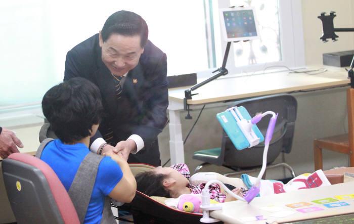 김상곤 부총리가 한국우진학교를 방문해 현장을 둘러보고 학부모들과 간담회를 가졌다.
