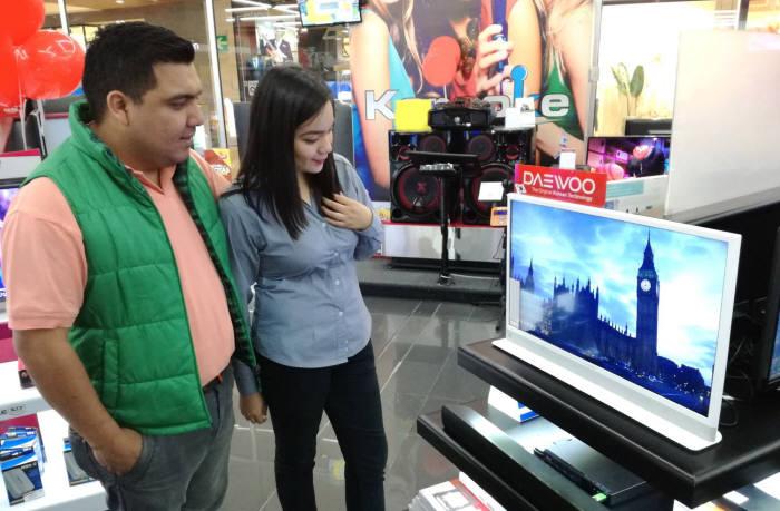 과테말라 가전양판점 맥스에서 동부대우전자 인테리어TV '허그'를 구경하는 현지 소비자.