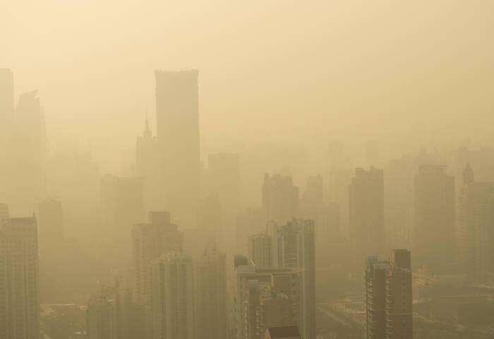 중국 정부가 심각한 대기 오염을 해소하기 위해 2020년까지 친환경 바이오 연료 확대에 대한 구체적인 계획을 내놓았다. 중국 상해의 심각한 대기오염 상황.