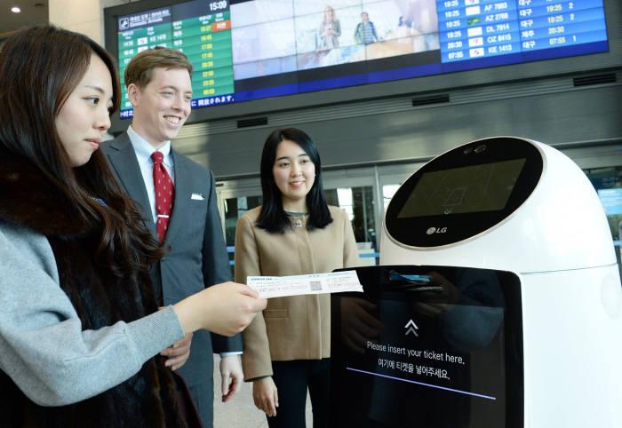 인천국제공항에서 현재 시범 서비스를 진행 중인 LG전자 안내로봇. LG CNS 제공