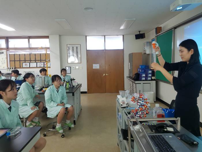 13일 충북 진천 한국바이오마이스터고를 방문한 한국 코닝 직원이 학생들에게 실험 기자재 용도와 사용법을 강의했다.