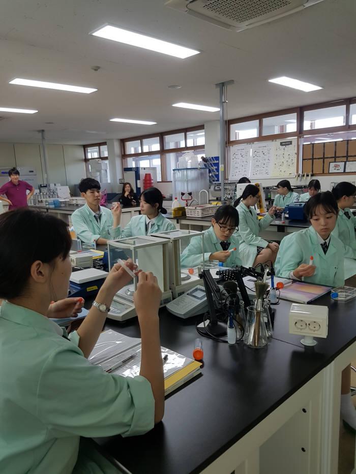 한국바이오마이스터고 학생들이 한국코닝이 제공한 실험 기자재를 실습했다.