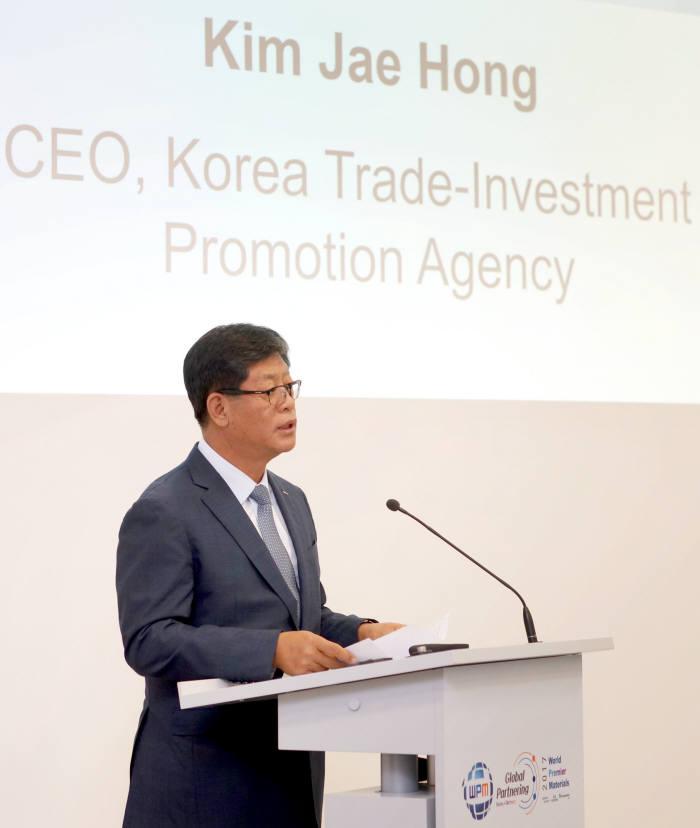 KOTRA(사장 김재홍)는 한국산업기술평가관리원(원장 성시헌)과 함께 13일(현지시간) 독일 프랑크푸르트에서 '2017 세계일류소재 파트너링 지원사업(GP WPM 2017)'을 개최했다고 밝혔다. 김재홍 KOTRA 사장이 개회사를 하고 있다.