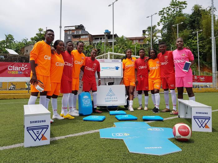 콜롬비아 최대 이동통신사 '클라로'가 주최하는 저소득층 학교 대상 축구대회 '코파 클라로'에 참가한 현지 학생들이 우승팀에게 제공할 삼성전자 '스마트 스쿨 노마드'를 배경을 기념 촬영했다.