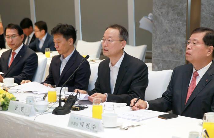 백운규 산업통상자원부 장관이 석유화학업계 대표들과 투자 확대 및 대중소 상생협력 방안에 대해 논의하고 있다.