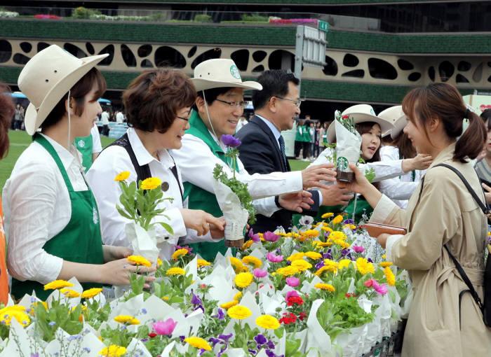 스타벅스, '2017, 서울, 꽃으로 피다' 친환경 캠페인 5년 연속 개최