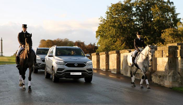 G4 렉스턴이 에스코트를 받으며 유라시아 대륙횡단 종착지인 블레넘팰리스로 입장하고 있다. 쌍용자동차는 향후 3년 동안 메인스폰서로서 블레넘팰리스 국제승마대회(SsangYong Blenheim Palace International Horse Trials)를 후원하고 G4 렉스턴 차량을 전시했다.