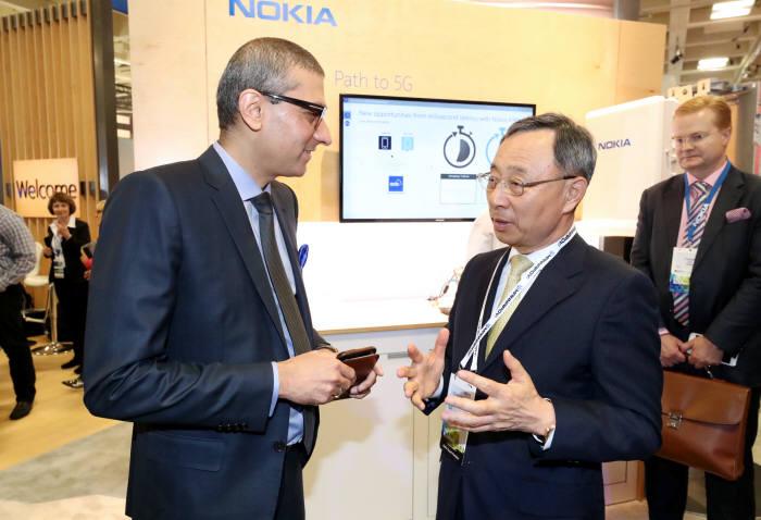 황창규 KT 회장이 MWC 아메리카 전시회장에서 라지브 수리 노키아 최고경영자(CEO)와 대화하고 있다