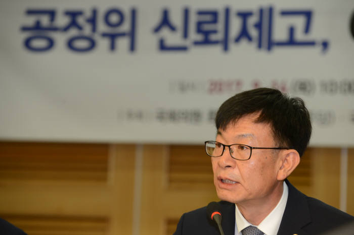 김상조 공정거래위원장이 국회 토론회에서 발언하고 있다.