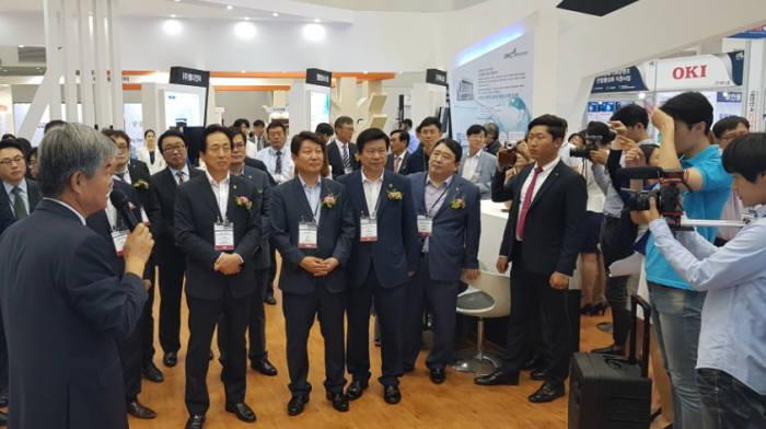권영진 대구시장을 비롯한 VIP들이 대한민국 ICT융합엑스포에서 행사장을 둘러보고 있다.