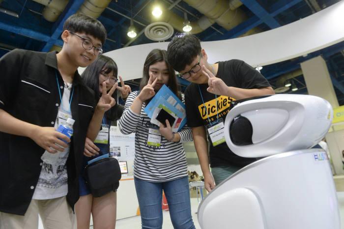 한컴 부스에서 관람객이 교육, 안내 등 다양한 기능의 로봇을 보고있다. 박지호기자 jihopress@etnews.com