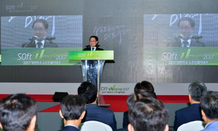 14일 유영민 과학기술정보통신부 장관이 서울 강남구 삼성동 코엑스에서 열린 '소프트웨이브 2017'에 참석해 축사를 전하고 있다.