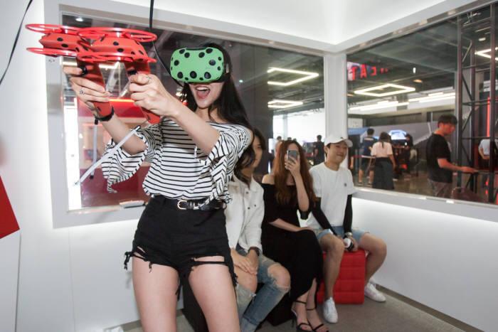 GPM이 개발한 몬스터큐브에서 이용객들이 VR 게임을 즐기고 있다