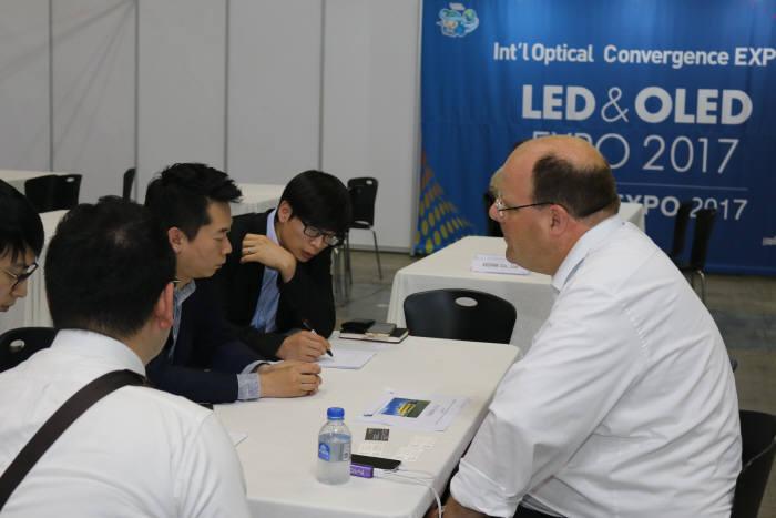 LED & OLED 엑스포 2017에서 참가한 국내 LED 기업 관계자가 해외 바이어와 수출 상담을 하고 있다.