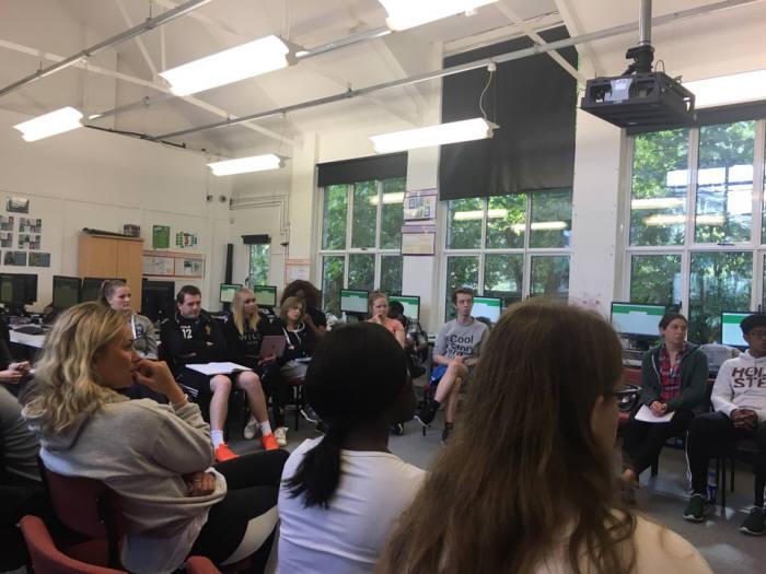 로햄튼 대학 PGCE 석사과정 '컴퓨터 사이언스'수업. 학생들은 디지털세상에서 어린이들의 활동과 권리에 대해 수업을 들으며 자유롭게 자신의 의견을 이야기했다.